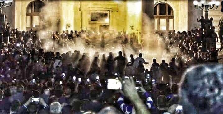 Protesty w Belgradzie. Dlaczego Serbowie zaatakowali parlament?